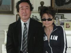 ジョンとヨ-コの愛の巣、タゴダハウスで完成試写をし、記念撮影。