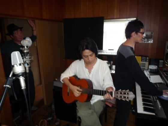 レコーディング風景。パソコンで作曲したものを、アコースティックギターを加え、アレンジする関口知宏。