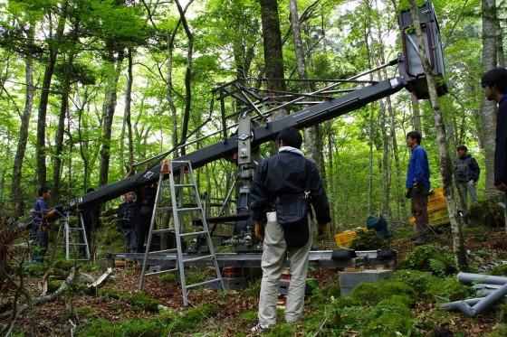 森の中に大型クレーンを持ち込み撮影。設置と動きのテストに半日かかった。