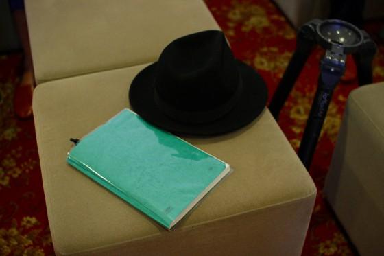 愛用の帽子と撮影台本。
