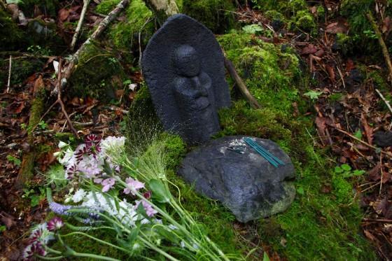 樹海の中には、地蔵やマリア像などが安置されている。誰が何の目的で・・・。